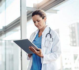 La mejora de la situación en hospitales y centros médicos reduce un 60% la demanda de profesionales sanitarios la última semana